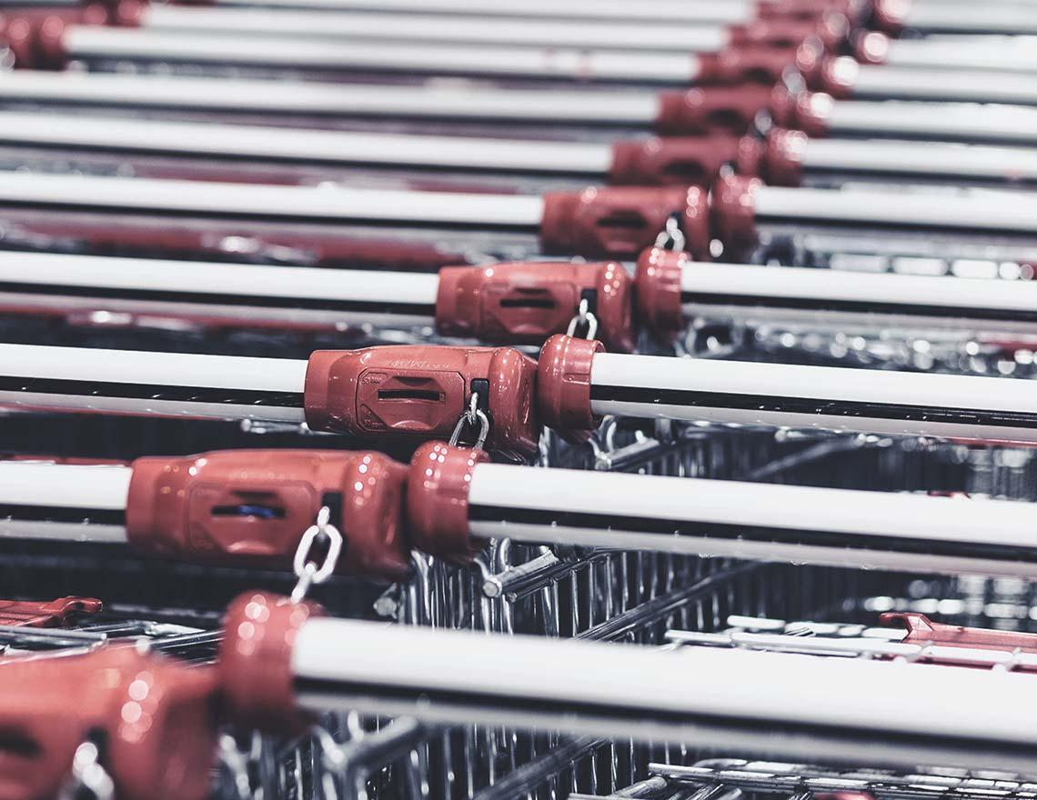 Reihe von vielen, aneinander geketteten Einkaufswägen